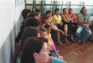 pais e alunos presentes na reunião