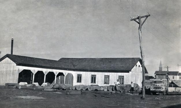 Essa foi a primeira madereira de Clevelândia em 1956 a madereira Irmãos Guério, que localizava-se na Rua em que hoje vai ao Colégio Agricola!!