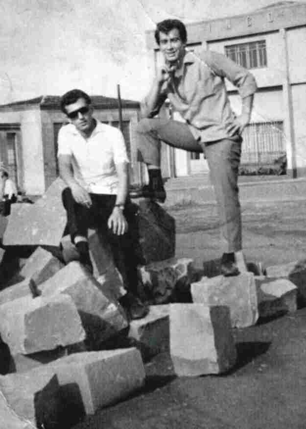 Aqui o pose para foto nas pedras que mais tarde formariam o palco da praça, logo atrás o antigo banco INCO onde hoje é o Banco Bradesco