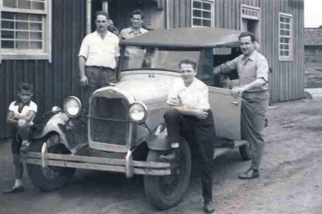 Em frente ao Hotel - Jacinto Azilhiero, Etelvino Mafessoni, Severino Azilheiro, Piccinin