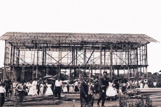 Na época o povo foi ver como estava ficando o inicio da obra do Hospital e Maternidade São Sebastião... em 1957