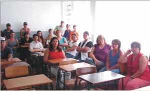 pais e professores acompanham atentamente a palestra